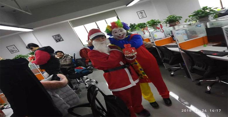 圣诞老人和小丑派发平安果.jpg